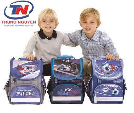 Cặp học sinh lớp 1 cho bé trai